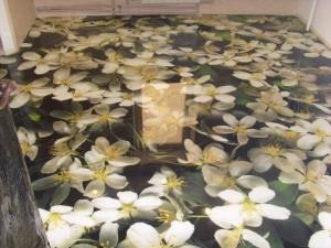 Декоративные наливные 3D полы с изображением белых цветов